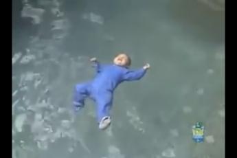 rebenok-v-bassejne